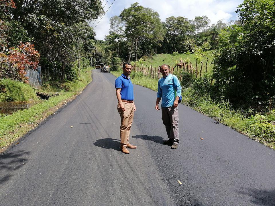 El alcalde de San Mateo, Jairo Guzmán, inspecciona los trabajos en la calle La Libertad, que comunicado el cantón con Occidente.